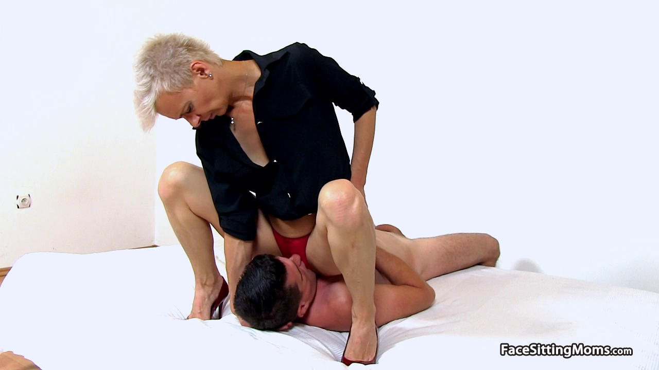 FreePornSiteRips.com - Dominant Short Haired MILF Sitting On A Guy's Face